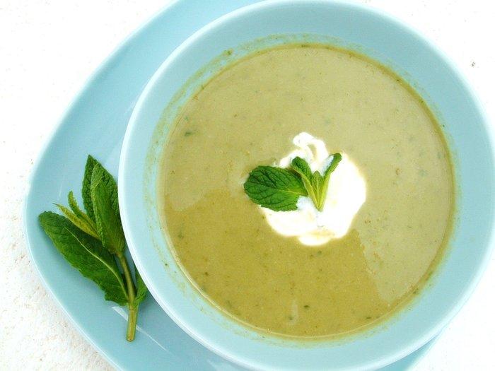 Supë krem me bizele dhe mente