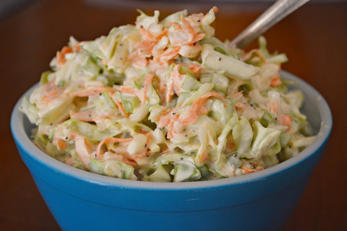 Sallatë me lakër të bardhë dhe karrota (coleslaw)